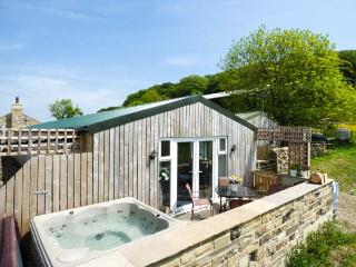 THE OLD PIGGERY, single-storey, detached wooden cabin, en-suite, WiFi, hot tub, in Haworth, Ref 916394 - Keighley vacation rentals