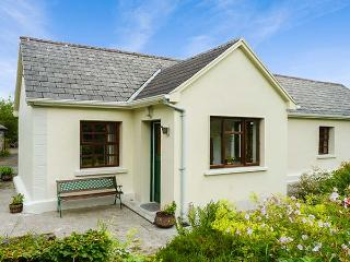 HAWTHORN FARM COTTAGE, ground floor, open plan, pet-friendly, garden, on livestock farm, Ref 926560 - Tubbercurry vacation rentals