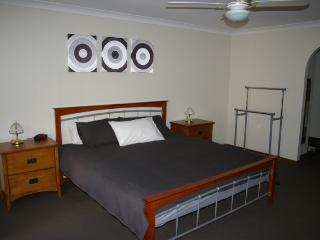 Bright 4 bedroom House in Mandurah with Dishwasher - Mandurah vacation rentals