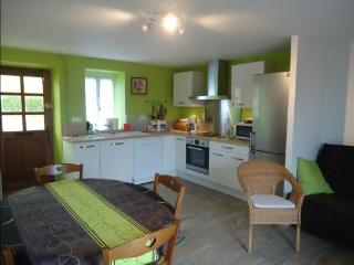 Bright 3 bedroom House in Auzances with Dishwasher - Auzances vacation rentals