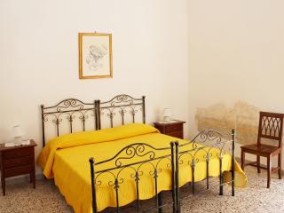 Bright 2 bedroom Apartment in Naples - Naples vacation rentals