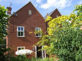 SUMMERGANGS, three-storey townhouse, en-suite, WiFi, enclosed patio, in Moreton-in-Marsh, Ref 925938 - Moreton-in-Marsh vacation rentals