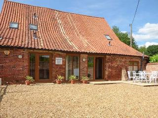HADLEIGH FARM BARN, barn conversion, woodburner, pet-friendly, WiFi, near King's Lynn, Ref 914136 - King's Lynn vacation rentals