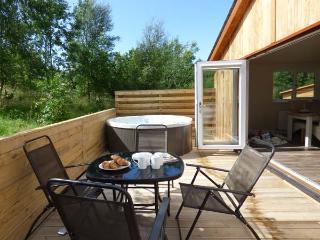 CARTMEL LODGE, detached log cabin, all ground floor, en-suite, woodburner, parking, in Cartmel, Ref 925513 - Cartmel vacation rentals