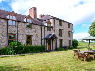 TYWYSOG, semi-detached farmhouse, woodburner, games room, parking, garden, in Denbigh, Ref 925927 - Denbigh vacation rentals