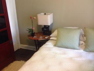 Quaint Cottage in Lovely Courtyard - Glendale vacation rentals