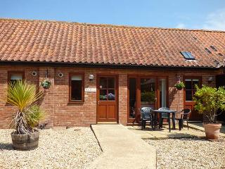 HOLLY BERRY, single-storey, en-suite, ample parking, in Fakenham, Ref 24357 - Fakenham vacation rentals