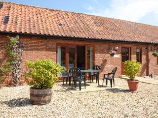 BEECHWOOD, single-storey cottage, four poster, en-suite, in Fakenham, Ref 24285 - Fakenham vacation rentals