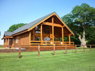 HAMPTON LODGE, luxury lodge, large bedrooms, hot tub, country views, Ellesmere, Ref 925718 - Ellesmere vacation rentals