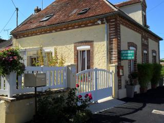Cozy 3 bedroom Villiers-Saint-Georges Guest house with Internet Access - Villiers-Saint-Georges vacation rentals