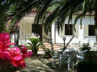 Appartamento con ampio giardino vicino spiaggia - Lacona vacation rentals