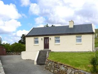 SPRING BANK COTTAGE, all ground floor, garden, multi-fuel stove, in Leenane, Ref 925300 - Leenane vacation rentals
