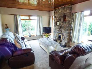 LLYS MYRDDIN, en-suite, WiFi, enclosed garden, pets welcome, near Llangefni, Ref. 30174 - Llangefni vacation rentals