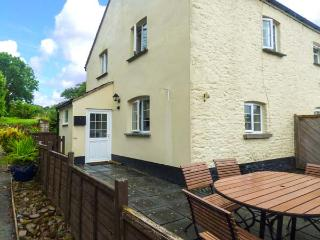 COURT COTTAGE, pet-friendly, woodburner, off road parking, surrounded by countryside, near Holsworthy, Ref 927711 - Holsworthy vacation rentals