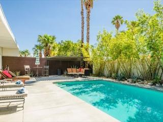 3BR/2BA 50s Classic Palm Springs Home, Pool, Fire Pit, Sleeps 6 - Palm Springs vacation rentals