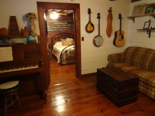 Cozy 1 bedroom Winterville Cottage with Deck - Winterville vacation rentals