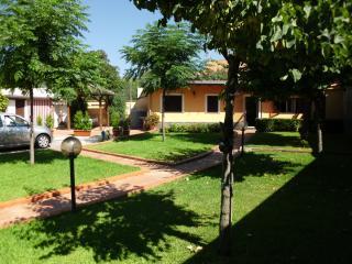 Villetta singola, con parcheggio e parco privato - Tremestieri Etneo vacation rentals