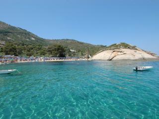 1° piano in villa con giardino confinante spiaggia - Isola Del Giglio vacation rentals