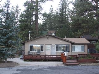 2BD2BATH, VERY CLEAN CABIN WITH HOT TUB ,BBQ, WIFI, CENTRAL HEATING,FULL KITCHEN - City of Big Bear Lake vacation rentals