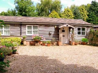 BREACH COTTAGE, single-storey barn conversion, off road parking, garden, in Devizes, Ref 25806 - Devizes vacation rentals