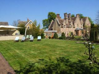 THE LODGE, wing of Victorian home, games area, parking, shared garden, in Evesham, Ref 922309 - Evesham vacation rentals