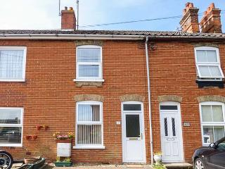 TERRACE COTTAGE, terraced cottage, great touring base for Suffolk Heritage Coast in Leiston, Ref 924896 - Leiston vacation rentals