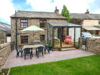 ELM COTTAGE on a working farm, woodburning stove, rural location near Appleby-in-Westmorland, Ref 924360 - Appleby-in-Westmorland vacation rentals
