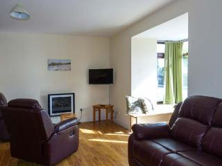 ABBEY VIEW 1, ground floor apartment, pet-friendly, off road parking, shop and pub nearby, Boyle, Ref. 922562 - Boyle vacation rentals