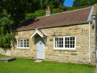 QUOITS COTTAGE, detached, woodburner, king-size bed, terraced garden with patio, Goathland, Ref 920679 - Goathland vacation rentals
