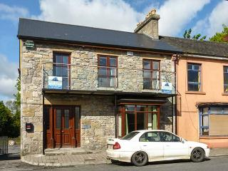 ABBEY VIEW 2, pet-friendly, first floor apartment, Abbey views, town location, Boyle, Ref. 922827 - Boyle vacation rentals