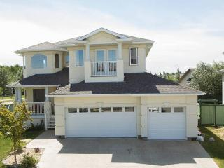 Executive House In Golf Course By West Edmon. Mall - Edmonton vacation rentals