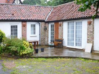 SEASIDE RENDEZVOUS, all ground floor, en-suite, parking, in courtyard setting, near Bridlington, Ref 922233 - Bridlington vacation rentals