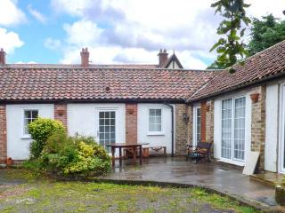 CUPID'S COTTAGE, cosy cottage in courtyard, double bedroom, parking, WiFi, near Bridlington, Ref 922235 - Bridlington vacation rentals