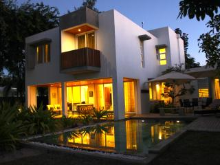 Bright 4 bedroom Villa in Roches Noire with Deck - Roches Noire vacation rentals