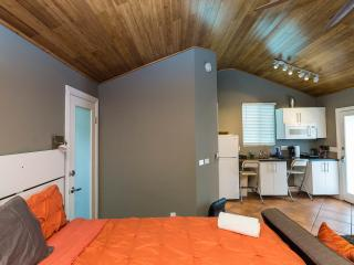 HOLLYWOOD COZY Studio+KING Bed+Air Cond+WIFI +HDTV - Los Angeles vacation rentals