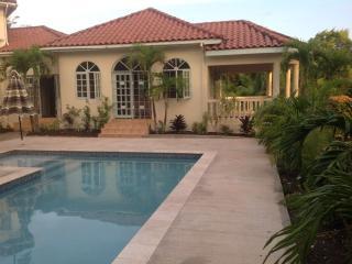 Comfortable 3 bedroom Guest house in Runaway Bay - Runaway Bay vacation rentals