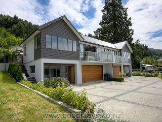 Elegant contemporary home: views, outdoor living! - Queenstown vacation rentals