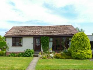 ISLA COTTAGE all ground floor, next to golf course, family-friendly in Blairgowrie Ref 923681 - Blairgowrie vacation rentals