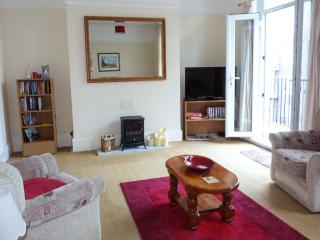 SEAGULL'S REST, apartment over two floors, balcony, off road parking, in Ramsgate, Ref 924295 - Ramsgate vacation rentals