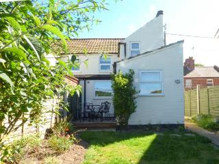 SEAFRET COTTAGE, end-terrace, pet-friendly, sun room, in Mundesley, Ref 925790 - Mundesley vacation rentals