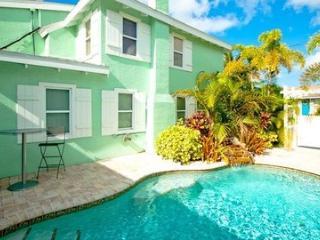 Cozy 2 bedroom Bradenton Beach Cottage with Deck - Bradenton Beach vacation rentals
