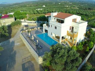 LUXURIOUS VILLA, ATTIC, LARGE POOL - LOW RATES !!! - Stavromenos vacation rentals