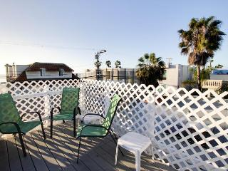 Third-floor condo steps from beach - comes w/ boogie boards. Enjoy rooftop patio - Pacific Beach vacation rentals