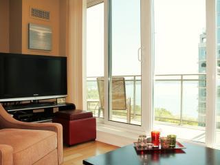 2BR Cozy Lakefront Condo w/parking - Toronto vacation rentals