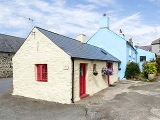FFYNNON TOM, romantic retreat, exposed character beams, king-size bed, in Trefin, Ref 8725 - Trefin vacation rentals