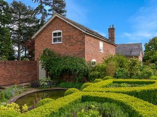 MAPLE TREE COTTAGE luxury accommodation, beautiful gardens in Wollerton near Market Drayton Ref 921170 - Market Drayton vacation rentals