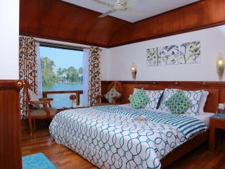 Comfortable 3 bedroom Houseboat in Alappuzha - Alappuzha vacation rentals