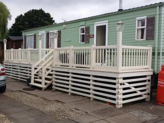 Lovely 2 bedroom Caravan/mobile home in Tiddington with Deck - Tiddington vacation rentals