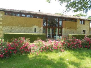 Jardin d'en Naoua Gite de groupe piscine & loisirs - Maubec vacation rentals