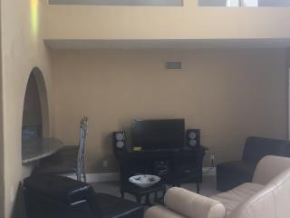 Cozy Cottage with Internet Access and Washing Machine - Corona del Mar vacation rentals